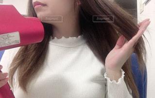 ピンクの髪の女性が自分撮りをするの写真・画像素材[3113364]