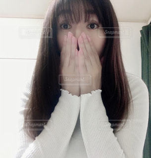 白いシャツを着た女性のクローズアップの写真・画像素材[3116348]