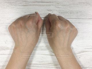 地面に横たわっている人の写真・画像素材[3121966]