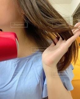 ピンクの髪の女性が自分撮りをするの写真・画像素材[3575445]
