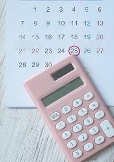 テーブル上の電卓の写真・画像素材[3592580]