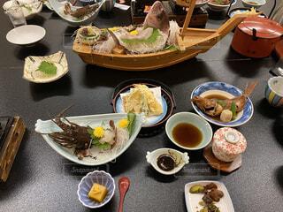 テーブルの上に座っている食べ物の束の写真・画像素材[3689472]