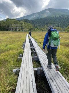 山の前に立っている男の写真・画像素材[3707407]
