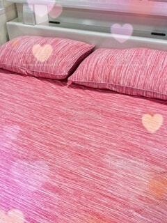 ピンクの毛布付きのベッドの写真・画像素材[3959558]