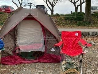 テントの上に座っている荷物の袋の写真・画像素材[3988327]