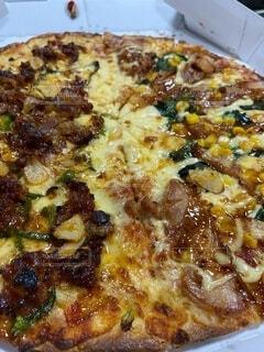 チーズとトッピングで覆われたピザの写真・画像素材[4029854]