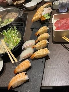 食べ物の皿をテーブルの上に置くの写真・画像素材[4075734]