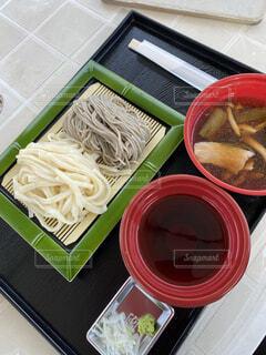 食べ物の皿をテーブルの上に置くの写真・画像素材[4372095]