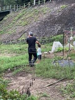 畑仕事を手伝う子供の写真・画像素材[2600910]