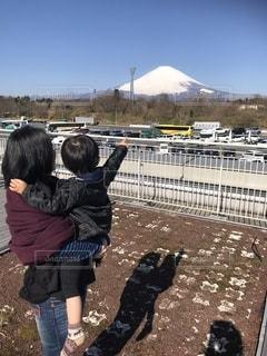 富士山を眺める親子の写真・画像素材[2601088]