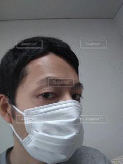 マスクをする男の写真・画像素材[2782494]