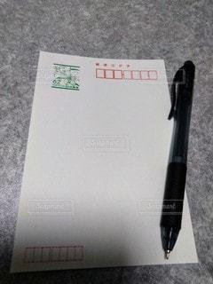 ハガキとボールペンの写真・画像素材[2798292]