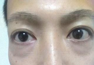 カメラを見ている青い目をした人のクローズアップの写真・画像素材[2804490]
