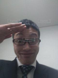 ポーズをして微笑むビジネスマンの写真・画像素材[2809493]