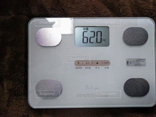 ディスプレイに表示される体重の写真・画像素材[2910810]