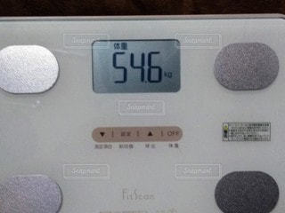 ディスプレイに表示される体重の写真・画像素材[2910825]