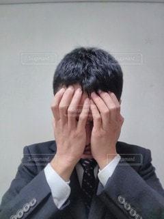 スーツを着た悩む男の写真・画像素材[2928729]