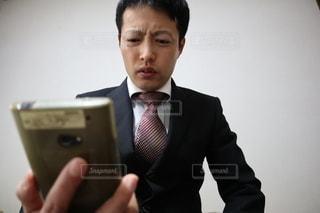 スマホを見る男性の写真・画像素材[3031717]