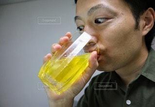 ジュースを飲む人の写真・画像素材[3453066]