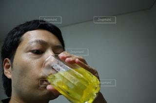 飲み物を飲む男の写真・画像素材[3453076]