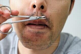 髭を整える男性の写真・画像素材[3773461]
