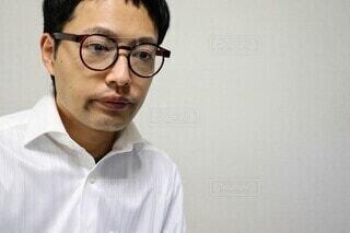 ぼんやりする眼鏡の会社員の写真・画像素材[3936099]