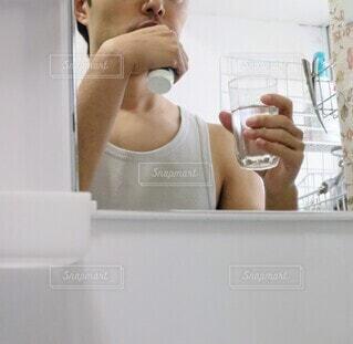鏡の前で歯磨きの写真・画像素材[3992629]