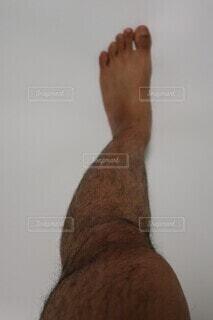 男性の毛深い左足の写真・画像素材[4067439]