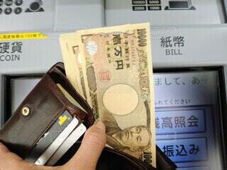 ATMでお金を引き出すの写真・画像素材[4227592]
