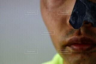鼻パックをした男性の写真・画像素材[4526162]