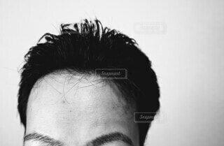額の広い男性のクローズアップの写真・画像素材[4758427]