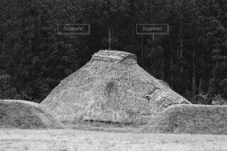 復元された竪穴住居の写真・画像素材[4795272]