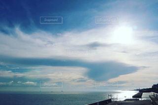 輝く太陽と海の写真・画像素材[2596126]