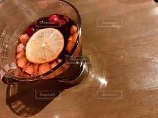 テーブルの上のフルーツティーの写真・画像素材[2783068]