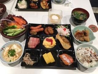 皿の上の異なる種類の食べ物の束の写真・画像素材[2773000]