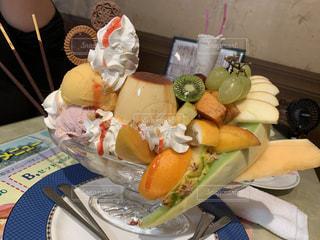 テーブルの上の食べ物の皿の写真・画像素材[2846679]