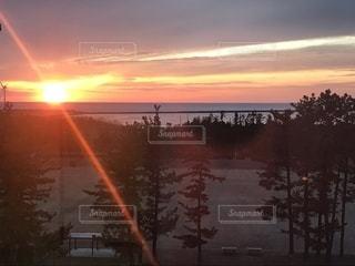 日本海に沈む夕日の写真・画像素材[2725912]