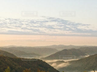 背景にある大きな山の眺めの写真・画像素材[2704023]