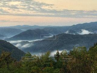 背景に大きな山があるの写真・画像素材[2704025]