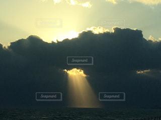 水域に沈む夕日の写真・画像素材[2735493]