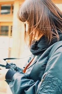 携帯電話で話している女性の写真・画像素材[2700285]