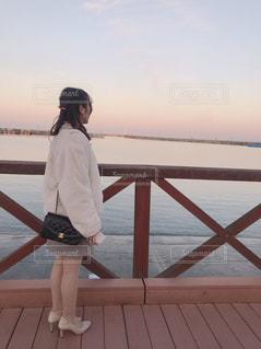 水域の前に立っている人の写真・画像素材[2899175]
