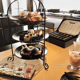 テーブルの上に食べ物のトレイの写真・画像素材[2936984]