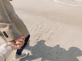 ビーチに座っている人の写真・画像素材[3070247]