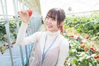 花の前に立っている人の写真・画像素材[3128794]