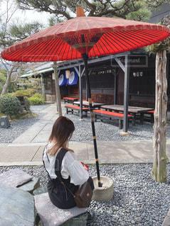 赤い傘を持っている女性の写真・画像素材[3207115]