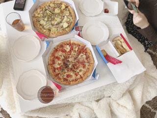 テーブルの上に座っている食べ物の束の写真・画像素材[3211172]