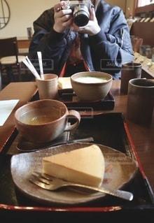 テーブルの上にコーヒーを一杯入れるの写真・画像素材[3314215]