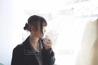 窓の前に立っている人の写真・画像素材[3314223]
