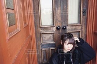 ドアの前に立っている女性の写真・画像素材[3331123]